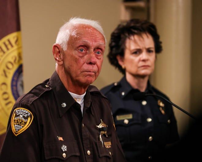 Le lieutenant-colonel Carl Yates, porte-parole du bureau du shérif du comté de Jefferson, prend la parole lors d'une conférence de presse où il a été annoncé que le député Brandon Shirley avait été tué par balle jeudi dans un parking à Shively.