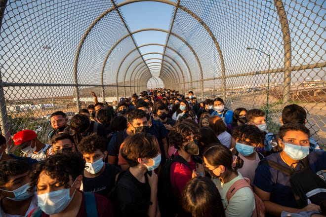 U.S. citizen students in Juarez pack the Ysleta-Zaragoza international bridge ridge to enter the U.S. Hundreds of U.S. citizens, whose lives straddle the border, cross from Ciudad Juarez and El Paso on a daily basis to attend school.