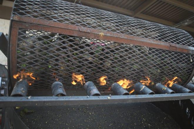 Los pimientos Chili Hatch se tuestan para los clientes el 6 de agosto de 2021 en Albertsons en Carlsbad.