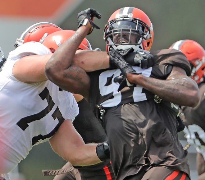 Defensive tackle Malik Jackson, right, is bringing a Super Bowl mentality to the Browns defensive line. [Phil Masturzo/ Beacon Journal]