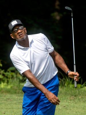 Reggie Livingston espera su tiro en el green en el No. 18 durante el torneo de golf Peoria Men's City el sábado 7 de agosto de 2021 en el campo de golf Newman en Peoria.  Livingston se enfrentó a Skeeter Miller en un campeonato de vuelo.