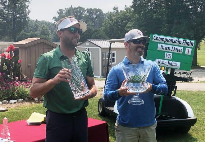 Ryan Julius (izquierda) y Brian Davis con su equipo después del 95 ° torneo de golf masculino de la ciudad en el campo de golf Newman el sábado 7 de agosto de 2021.