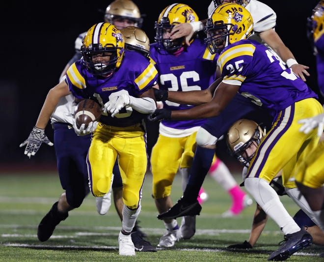 Reynoldsburg's Markez Gillam (left) will be one of the top receiving targets for quarterback Dijon Jennings. A year ago, Gillam had 33 receptions for 642 yards and eight touchdowns.