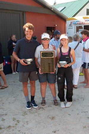 Calvin May, trener Diana Wheatenbaker og Grace Gear smiler etter at sjømenn vant pokaler og plakett for å ha vunnet Maine State C420 Championship som ble arrangert av Proud Neck Yacht Club i Scarborough.