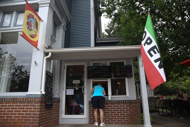 Ένας πελάτης παραγγέλνει δίπλα στο παράθυρο στο Maggie & Milo's στο Natick, 8 Αυγούστου 2021.