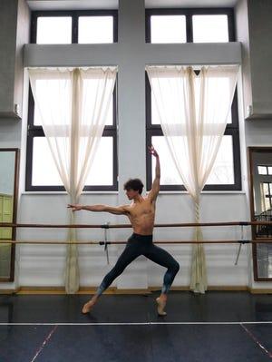 Marco Corsella, care a dansat cu Baletul Stuttgart și Opera Națională Română, este un nou solist cu Baletul Sarasota.