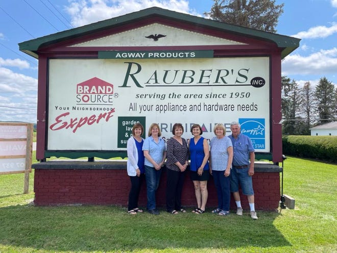 Pictured left to right: Betsy Cotter, Susie Holmes, Sandy Sanford, Kathy Snyder, Mary and Dave Polmanteer,