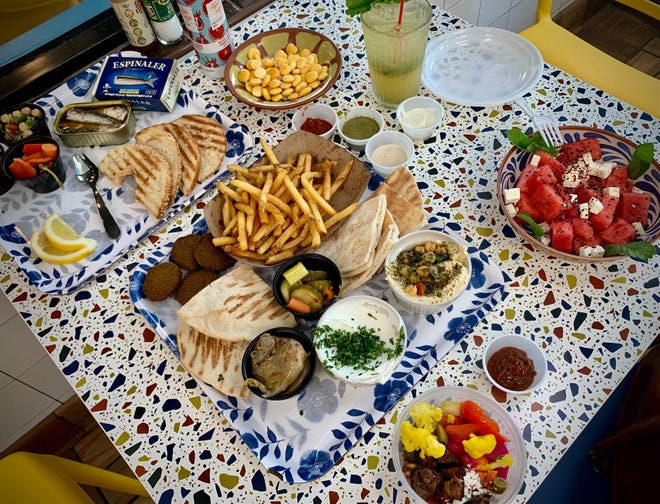 La fuente Sofra es imprescindible para quienes visitan por primera vez.  Le permite probar varios elementos del menú simultáneamente.