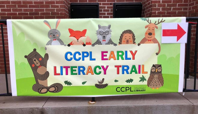 Banner at the Chester Library directs young readers to the Bilingual StoryWalk.