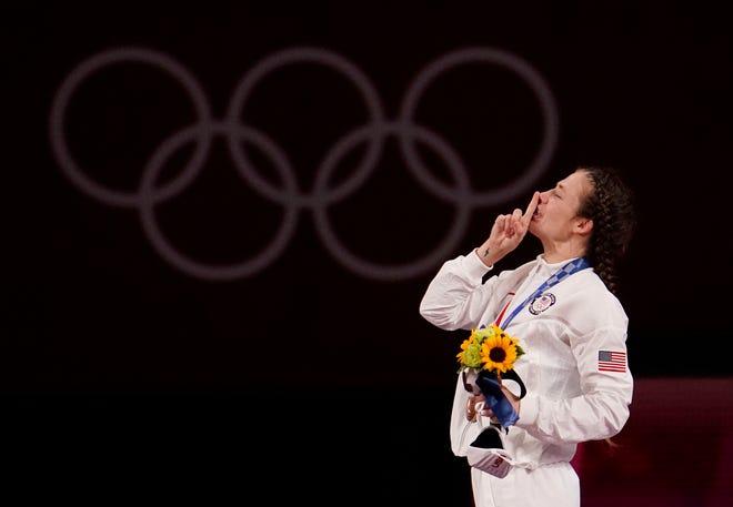 7 Ağustos 2021;  Chiba, Japonya;  Sarah Ann Hildebrandt (ABD), Tokyo 2020 Yaz Olimpiyatları sırasında kadınlar 50kg serbest güreş yarışmasında bronz madalyasını Makuhari Messe Hall A'da kutluyor. Zorunlu kredi: Mandi Wright-USA TODAY Sports