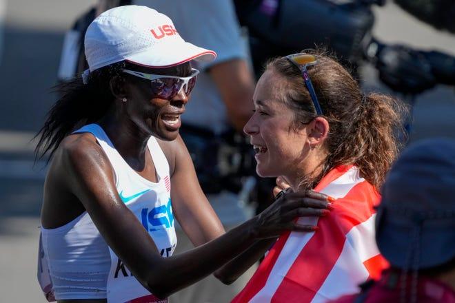 Amerika Birleşik Devletleri'nden Molly Seidel, 7 Ağustos 2021 Cumartesi günü Japonya'nın Sapporo kentinde düzenlenen 2020 Yaz Olimpiyatları'nda kadınlar maratonunda vatandaşı Sally Kibego tarafından üçüncü sıraya layık görüldükten sonra tebrik ediliyor.  (AP Fotoğrafı/Shuji Kajiyama)