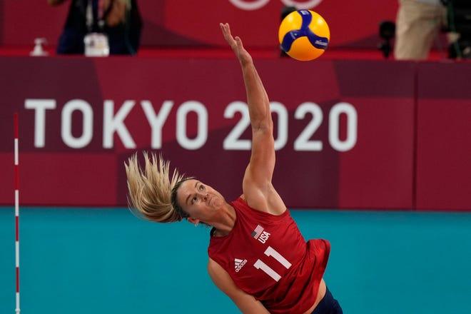 Amerika Birleşik Devletleri'nden Annie Drews, 8 Ağustos 2021 Pazar, Tokyo, Japonya'da düzenlenen 2020 Yaz Olimpiyatları'nda bayanlar voleybol altın madalya maçında Brezilya için oynarken biniyor.  (AP Fotoğrafı/Frank Augstein)