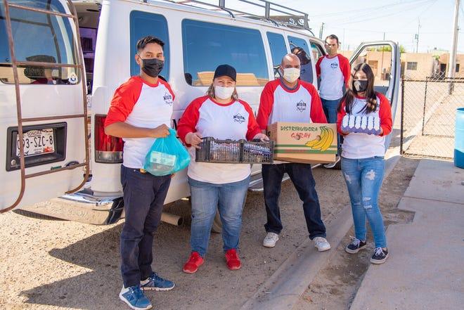 Volunteers from Misión de Caridad deliver groceries to needy families near the US-Mexico border. [Courtesy Photo]