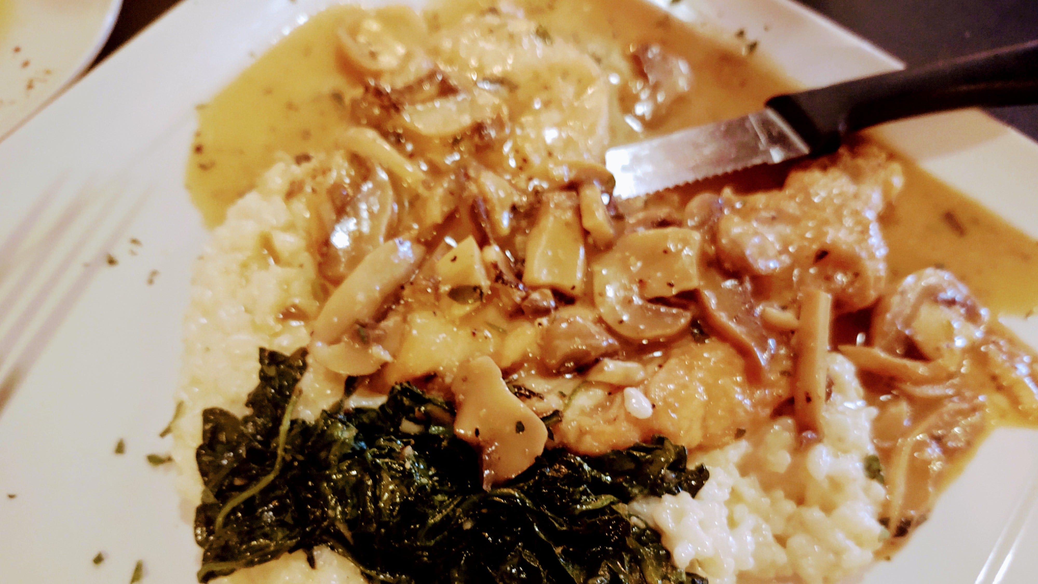 I medaglioni di pollo fritto in salsa di vino marsala serviti con riso cremoso condito con spinaci con aglio appassito erano un ottimo piatto.