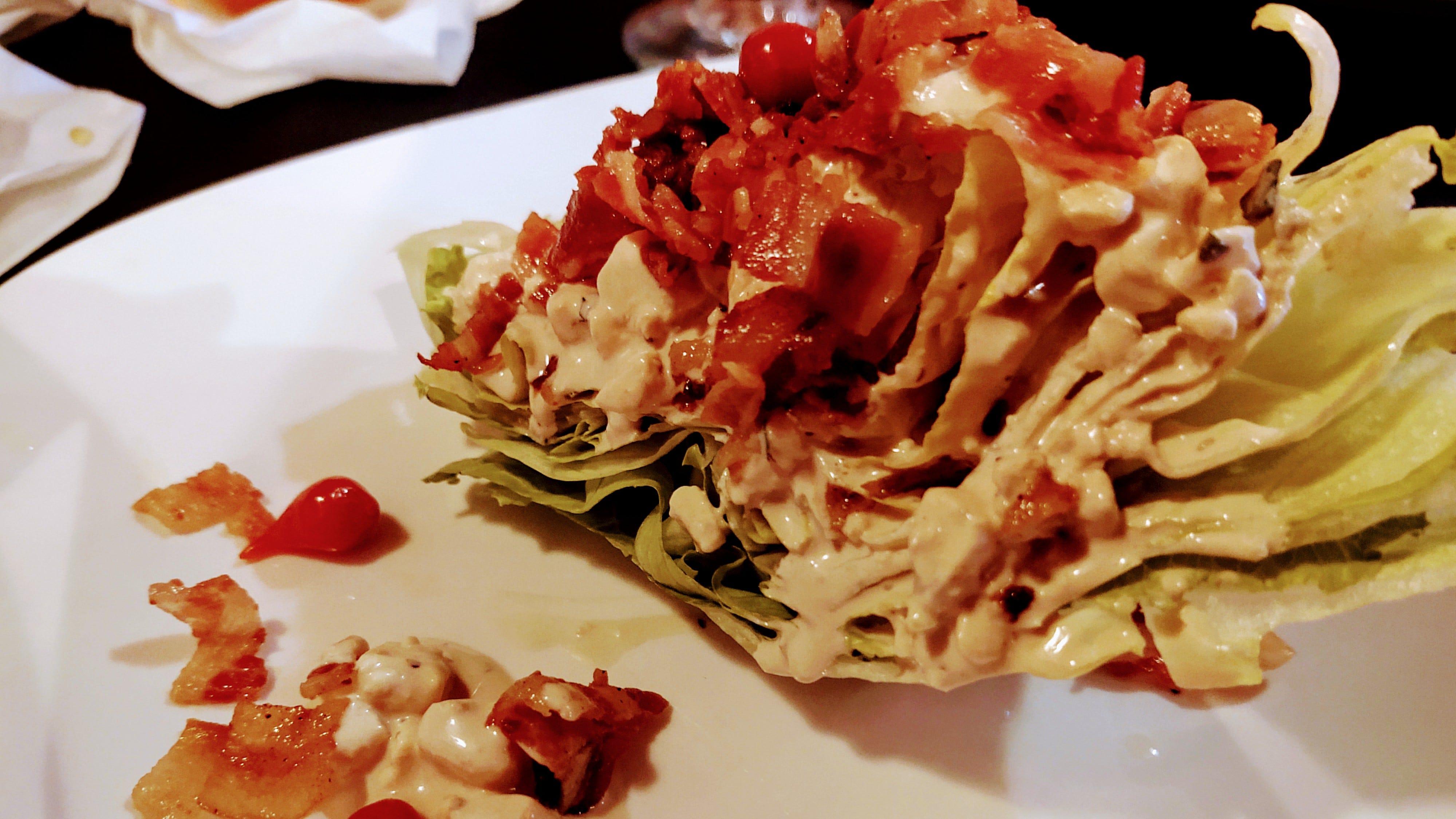 Abbiamo iniziato con un'insalata di cuneo croccante con pancetta e formaggio bleu balsamico e un'aggiunta inaspettata ma deliziosa di piccoli peperoni peruviani molli.