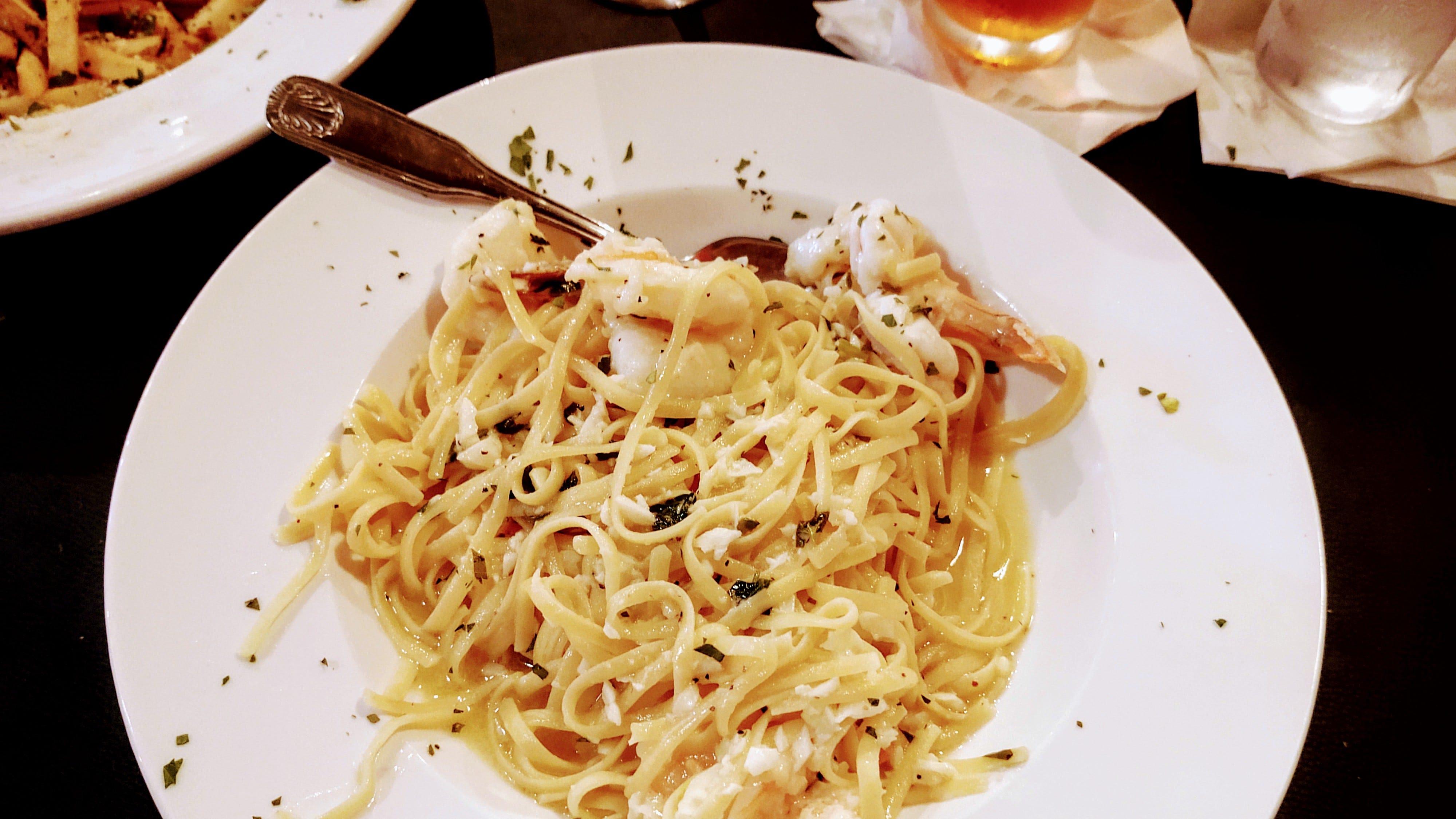 Armani seleziona gamberi giganti per l'antipasto di scampi, serviti con linguine in salsa di vino all'aglio.