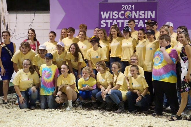 A group picture of the participants and their mentors alongside judge Kayla Adamson, Alice in Dairyland Julia Nunes and Fairest of the Fairs Cayley Vande Berg.