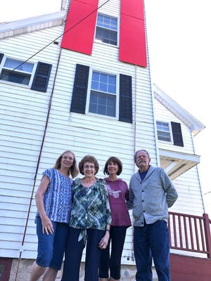 Joyce Dilworth and her two daughters, Carolyn Knudsen, Ann Marie Chase, and GLLKA board member Mike Finn, outside the lighthouse