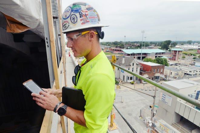 Le surintendant de la construction EE Austin & Son Taylor, Gugino, 37 ans, examine la salle de répétition en construction derrière la scène du Warner Theatre.
