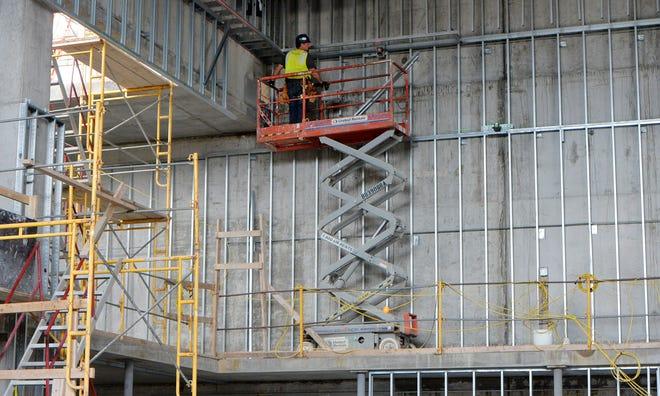 La phase finale des travaux de restauration et d'agrandissement se poursuit à l'intérieur de la salle de répétition du Warner Theatre le 10 août à Érié.  Le lieu sera utilisé pour de petits concerts ou des soirées privées.