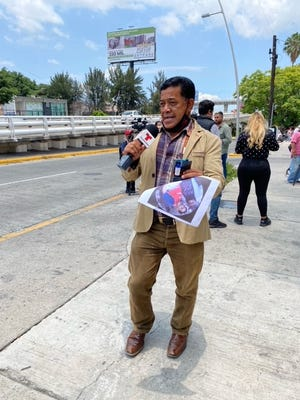 Miguel  D´Liz, gran fan de Vicente,  no se ha separado de las puertas del hospital, pues está muy preocupado por su salud.