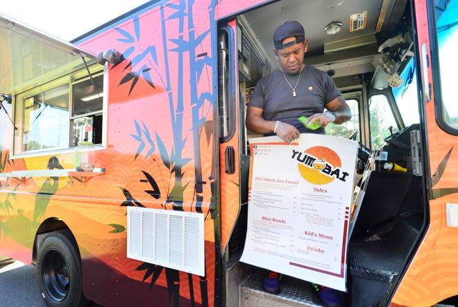 Το Yum Bai είναι ένα νέο ασιατικό φορτηγό τροφίμων που περιηγείται στις κομητείες Σπαρτάνμπουργκ και Γκρίνβιλ.  Ο ιδιοκτήτης Mike Yath ετοιμάζεται να ανοίξει το φορτηγό τροφίμων του έξω από το The Lofts στο Inman Mill στις 12 Αυγούστου 2021.