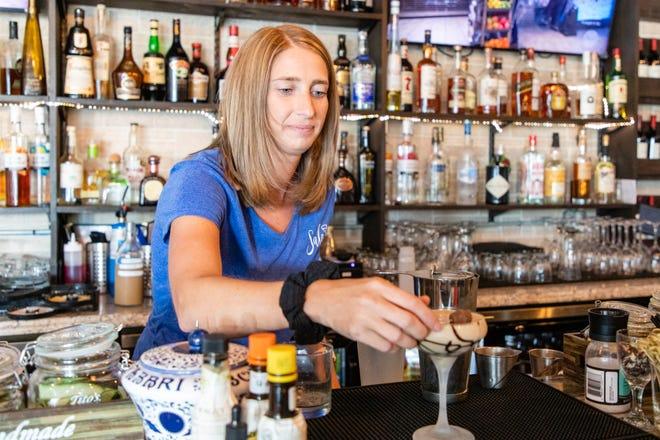 Emily Martin, uno dei proprietari di Sala by Fratelli, prepara un Peanut Butter Dream Martini, che ha vodka al cioccolato, crème de cacao e cioccolato fondente giovedì 12 agosto 2021.