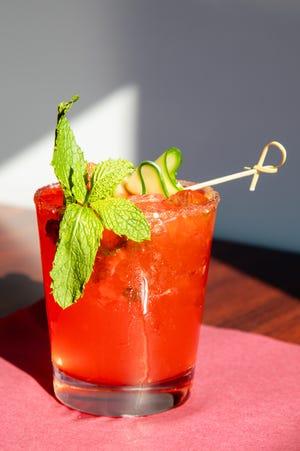 Margherita fuoco e ghiaccio con tequila piccante, agave, fragola, cetriolo e limone, guarnita con zucchero sul bordo servita alla Sala da Fratelli's a Quincy.