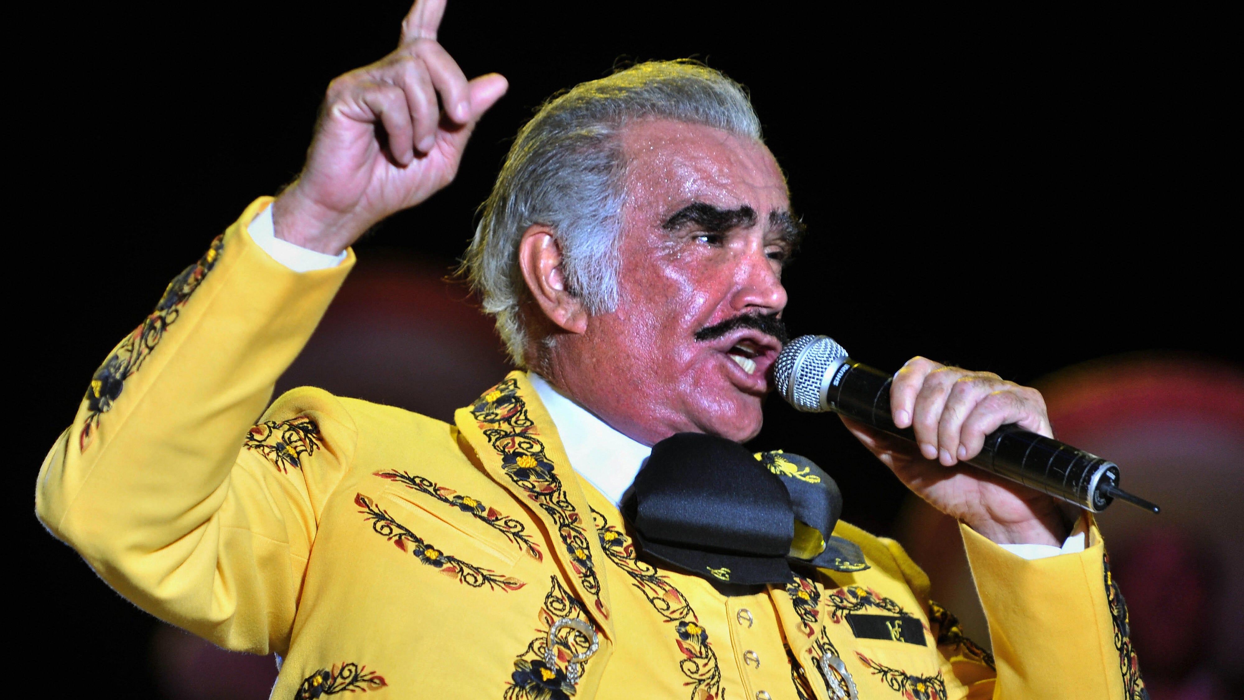 Vicente Fernandez se presenta durante su show el 20 de febrero de 2009, en Cali, departamento del Valle del Cauca, Colombia.