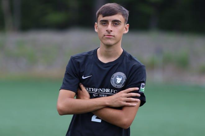 Justin Suárez, quien ha competido con el equipo de fútbol de Málaga City de 17 años, luce su nuevo uniforme de Pathfinder después de que el club cambiara de nombre este verano.