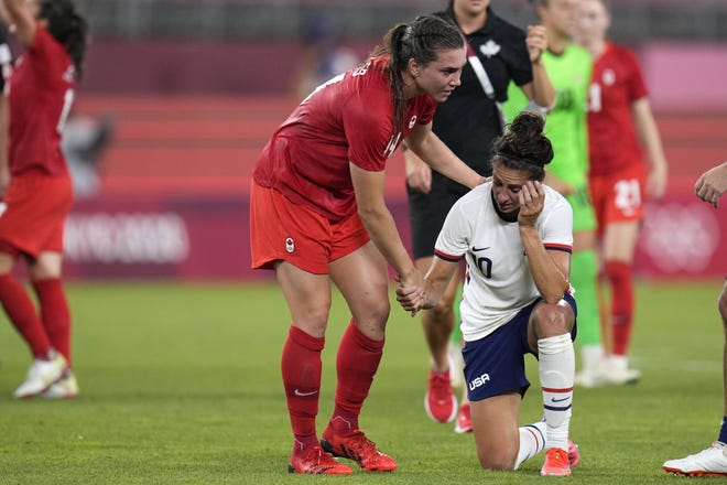 カナダVanessa Gilles(左)が、日本鹿島で行われた夏季オリンピックサッカー女子準決勝でカナダが1-0で勝利した後、Carli Lloydを上にしています。 米国のチームが戻ってきて銅メダルを取ったが、日本は失望した。