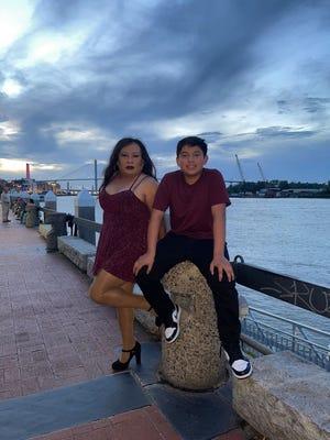 Cristóbal Leiva y su sobrino, Víctor Salazar, posan para una foto en River Street, una de las ubicaciones de los videos de baile.