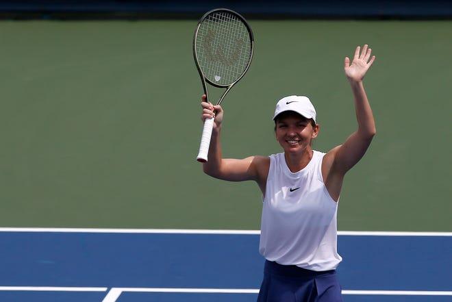Simona Halep le mulțumește fanilor după ce a învins-o pe Magda Linnett pentru a avansa la West și South Open la Lindner Family Tennis Center din Mason, Ohio, marți, 17 august 2021. Halep a câștigat cu 6-4, 3-6, 6-1.