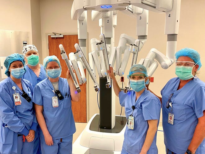 Tennova staff surrounding new surgical robot.