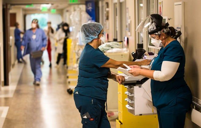 Le personnel de NCH travaille dans l'unité de soins intensifs du campus de NCH du centre-ville de Naples le lundi 9 août 2021. La majorité de l'unité est remplie de patients COVID-19.