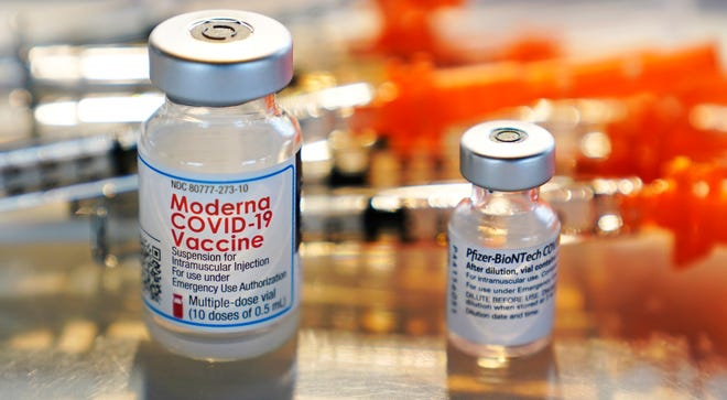 Các lọ vắc xin Moderna và Pfizer COVID-19 được đặt trên khay, sẵn sàng để tiêm tại phòng khám.