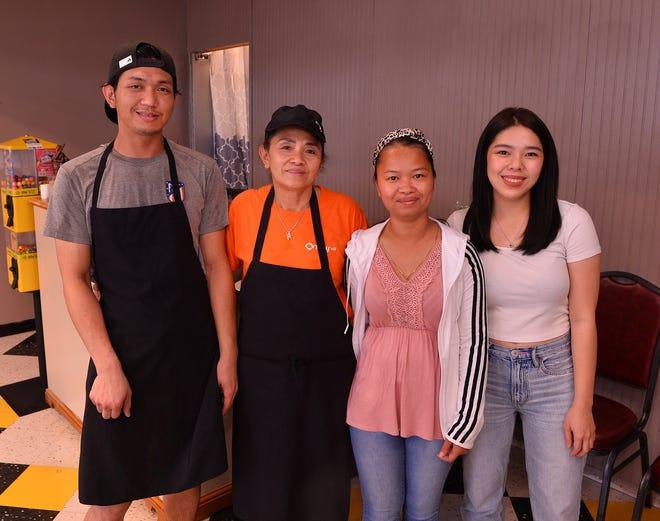Βρίσκεται στο 3720 Boiling Springs Road στο Boiling Springs, το Thai Y'all έχει νέο ιδιοκτήτη και νέα λίστα.  Από αριστερά, Tanakorn Angkhiran (σεφ), Sudarat Boothsiri (ιδιοκτήτης), Pavina Summers (διακομιστής) και Ansha Angkhahiran (διευθυντής).