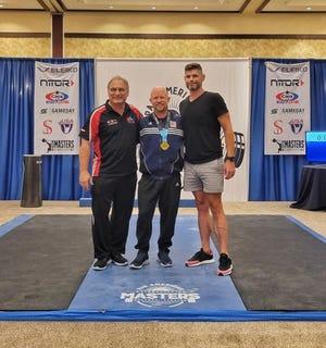 Desde la izquierda, el entrenador de Savannah, Michael Cohen, y el levantador de pesas Henry Brewer y Joe Witt en el US Masters Championships 2021 en Orlando, Florida.