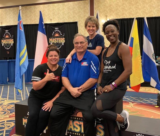 De izquierda a derecha, las levantadoras de pesas con medalla de oro Julie Peterson, Sheryl Cohen y Rebecca Dyson Heyward con el entrenador de Savannah, Michael Cohen, en el American Masters Championships 2021 en Orlando, Florida.