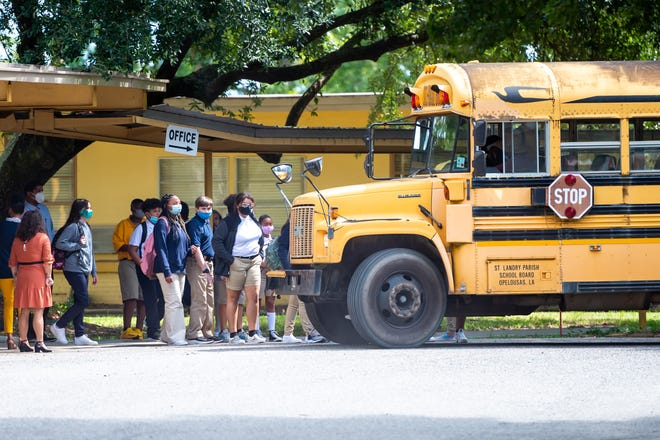 Students board the bus after the first day of school at Sunset Middle on Wednesday, Aug. 18, 2021.