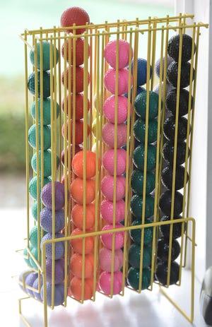 Minyatür golfün alameti farikası olan renkli golf topları, 25 Mayıs 2015'te Fairview Township'teki Castle Mini Golf'te fotoğraflandı.