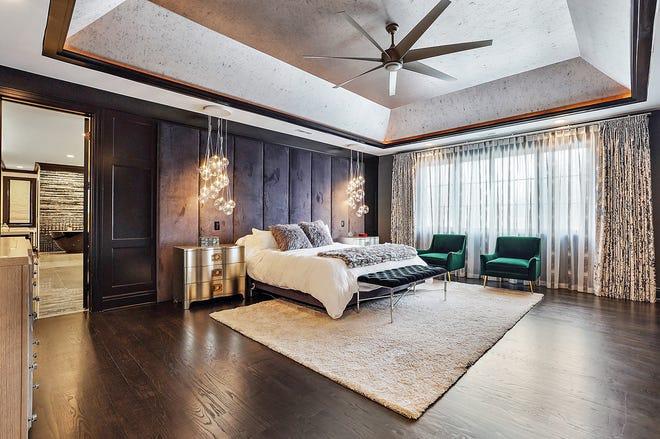 L'atmosfera lussuosa dell'hotel era l'obiettivo nella camera da letto dei proprietari.  Qui la stanza è dipinta di nero, il letto in muratura è in velluto nero e le luci fluttuano come bolle del letto.