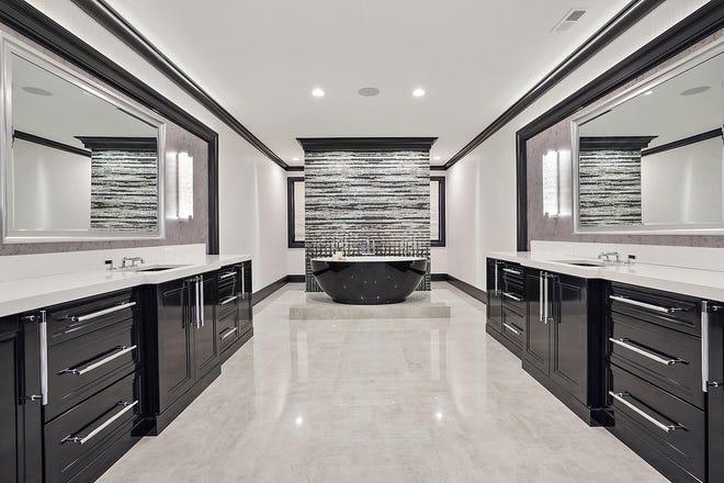 Il bagno dell'armatore è lungo 30 piedi e il suo colore è fissato dalla vasca, nera all'esterno e bianca all'interno.  Il muro dietro di esso è la lussuosa piastrella italiana Sicis, che utilizza vetro e oro nel mosaico.