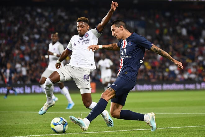 Paris Saint-Germain's Argentinian forward Angel Di Maria (R) vies with Toulouse's French defender Steven Moreira during the French Ligue 1 match between Paris Saint-Germain (PSG) and Toulouse (TFC) on August 25, 2019. (Photo by FRANCK FIFE / AFP)        (Photo credit should read FRANCK FIFE/AFP via Getty Images)