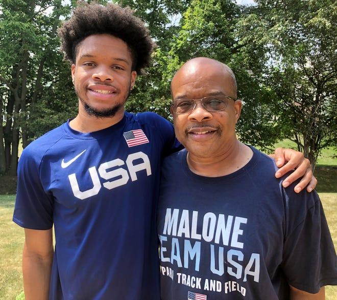 نوح مالون ، إلى اليسار ، والأب كايل مالون
