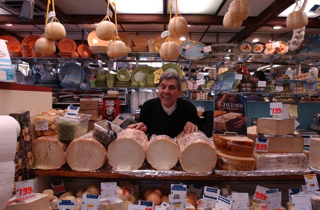 Proprietarul Tony DiCicco stă la tejgheaua de brânzeturi de la Tony's Colonial Market în 2006. O vizită încă îl face pe client să se simtă ca un copil într-un magazin de bomboane.