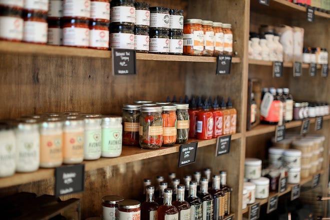 La Cămara de pe Avenue N din Rumford, rafturile sunt pline de produse locale.