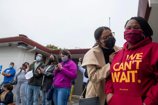 Vanessa Robinson, a la izquierda, y Jordana Henry, ambas maestras del condado de Monterey se paran a un lado de la otra en la oficina del Distrito Escolar de Preparatorias Salinas en Salinas, California, el martes 24 de agosto de 2021.