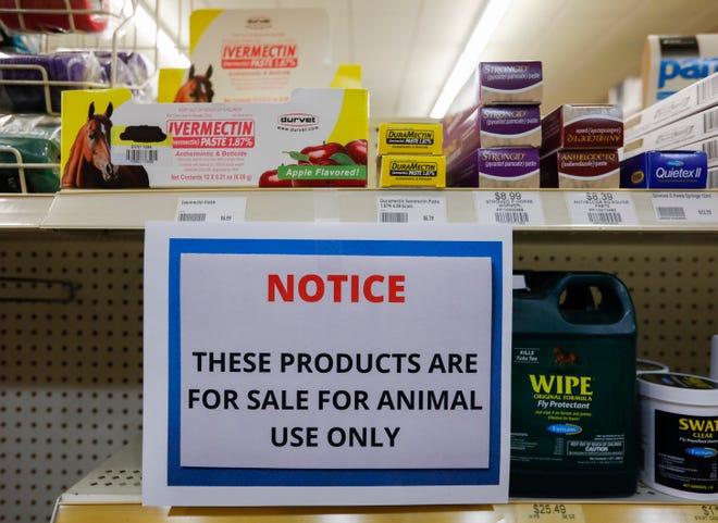 Un panneau dans un magasin du Missouri avertit les clients que l'ivermectine est