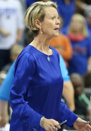 Mary Wise won her 900th match with the University of Florida today, bringing her to 981 in her career overall.